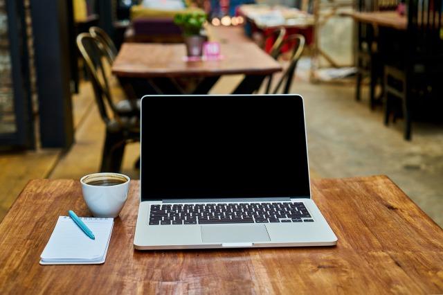 カフェに置かれたノートパソコン