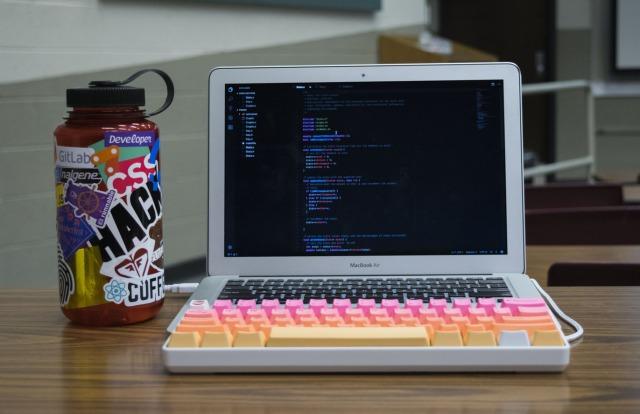 ノートパソコンに外付けのキーボードをつけた例